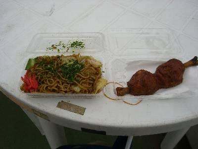 昼食のやきそばと、原人ワイルドミートバー