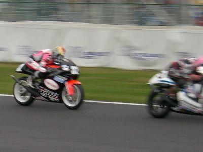 GP-250 決勝で 4 位の選手を追う関口選手 (写真左)