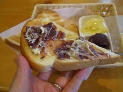マーガリンとおぐらあんを塗ったトースト