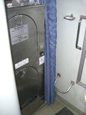 折りたたまれた状態の洗面台とトイレ