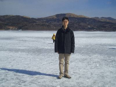 氷上に立つ奥村
